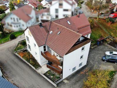 Über Scheffold Immobilien erfolgreich verkauftes Haus mit zwei Balkonen in Wohnsiedlung.