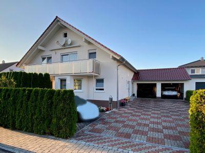 Mit Unterstützung des Scheffold Immobilien Teams verkauftes Einfamilienhaus mit Balkon, Garage und gepflasterter Einfahrt.