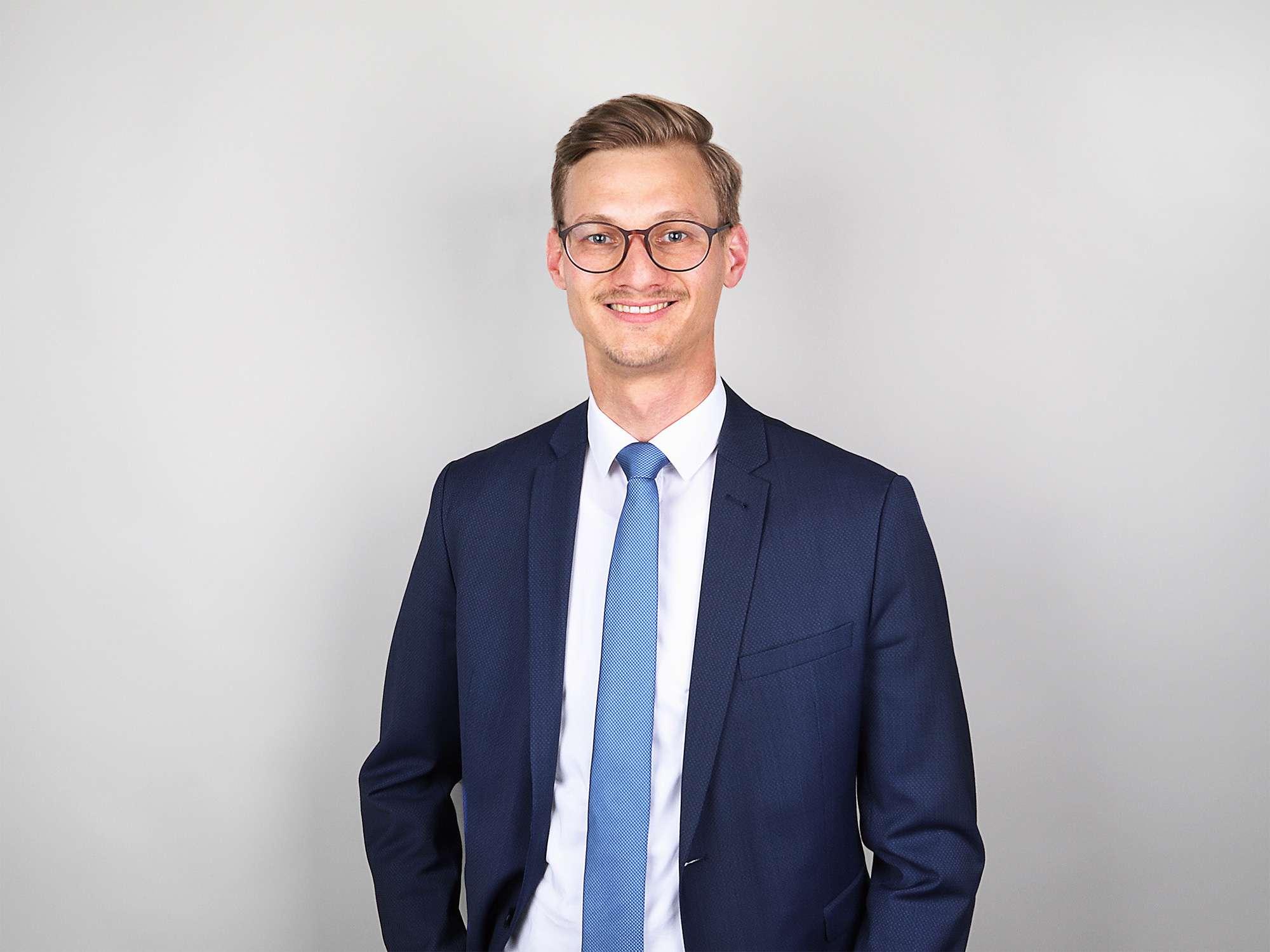Professionell und bodenständig steht Felix Schöffmann als Immobilienberater allen Kundinnen und Kunden von Scheffold Immobilien mit Rat und Tat zur Seite.