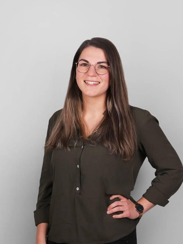 Bei allen Themen rund um Vermietung & Back-Office kennt Sabrina Herzog sich bestens aus und steht dem gesamten Scheffold Immobilien Team hilfsbereit zur Seite.