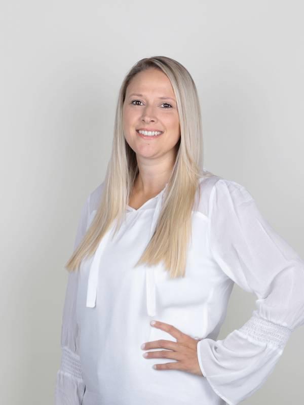 Mit Präzision und Genauigkeit ist Immobilienberaterin Sarah Emslander für unsere Kundinnen und Kunden da und koordiniert zusätzlich die Projektentwicklung bei Scheffold Immobilien.