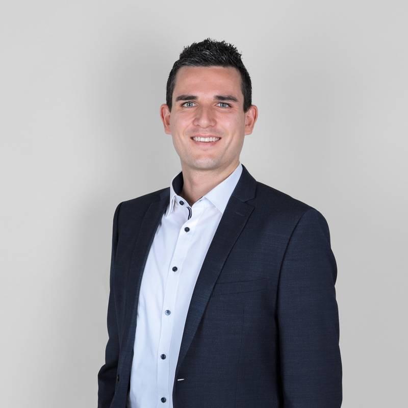 Engagiert und motiviert berät Immobilienmakler Simon Dilger die Kundinnen und Kunden von Scheffold Immobilien.