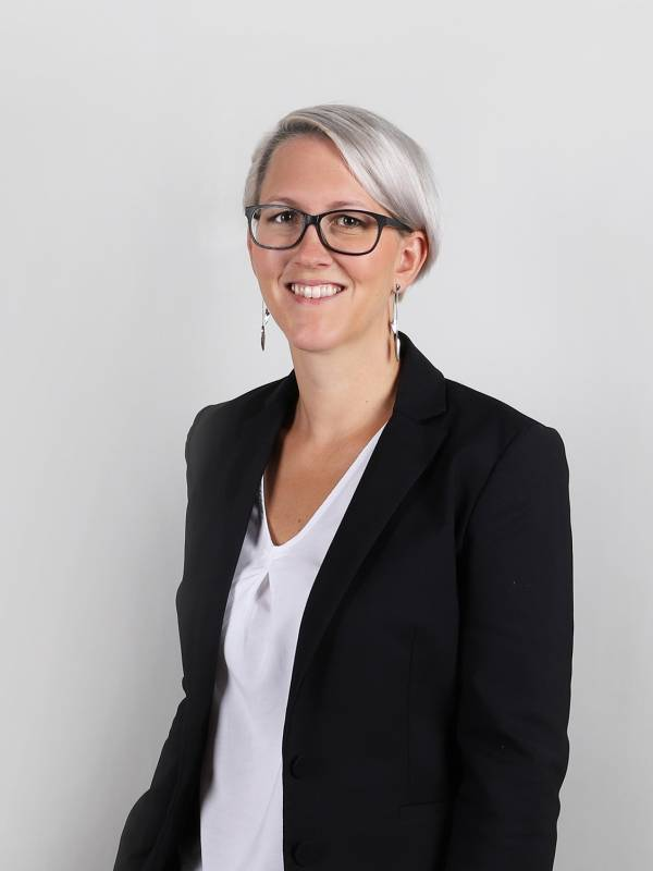 Im Hintergrund kümmert sich Angela Miller bei Scheffold Immobilien um alle Themen die im Bereich Vermietung & Back-Office anfallen und sorgt so für beste Ergebnisse.